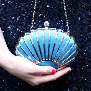 Bolsa azul com formato de concha.