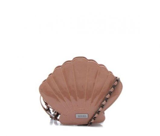 Bolsa de concha marrom.