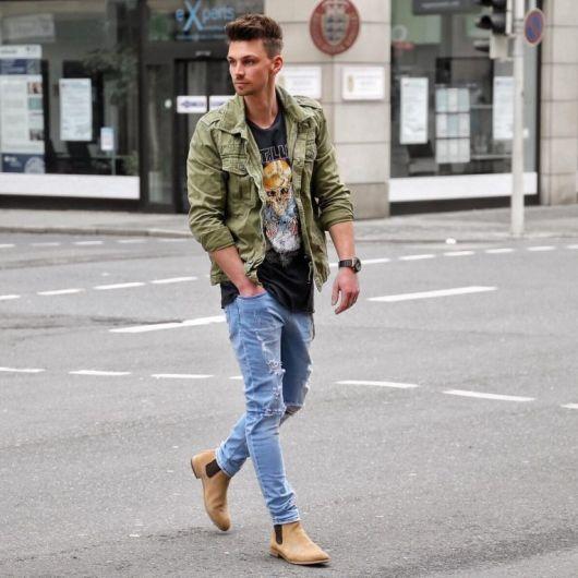 Uma ideia bacana de composição: jaqueta em sobreposição à camiseta estampada + jeans rasgado + bota