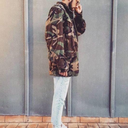 A jaqueta militar camuflada fica ótima com calça jeans