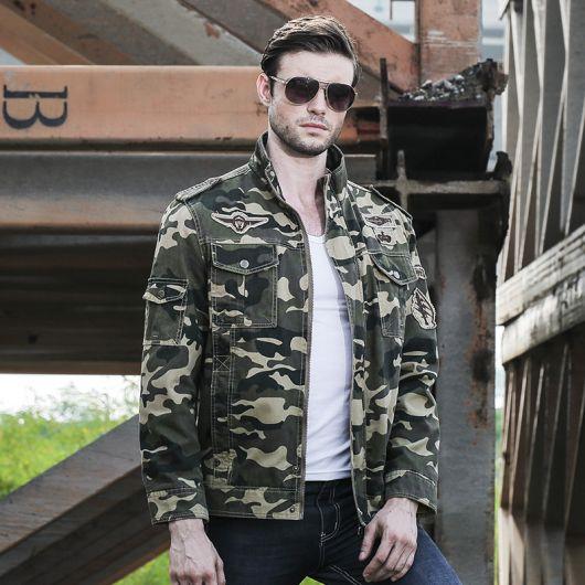 O tecido pesado destaca a jaqueta e ornamenta o seu estilo