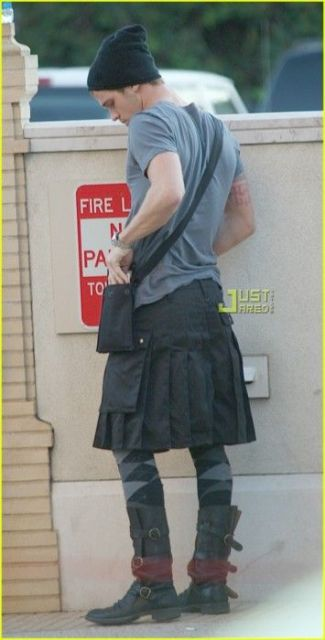 Look super descolado com saia masculina em sobreposição à megging