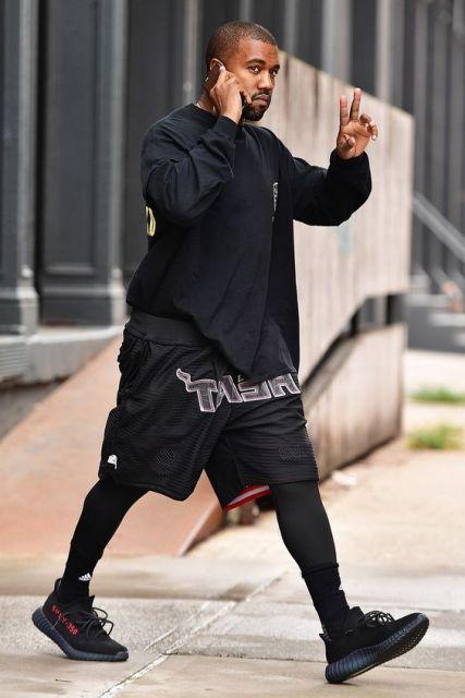 Ícone de estilo, o rapper Kanye West também é adepto da legging masculina