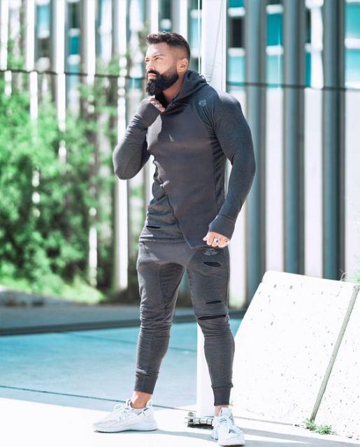 A calça pode até ter detalhes rasgados para incrementar ainda mais o seu estilo