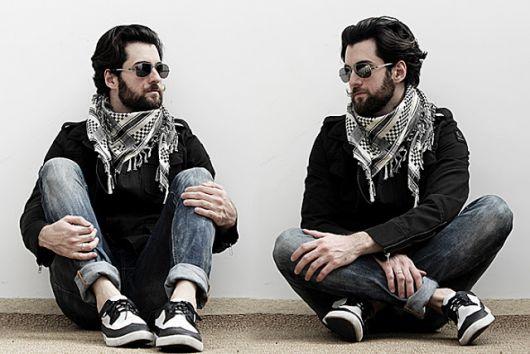 Outro modo bacana de amarrar o lenço masculino estampado no pescoço