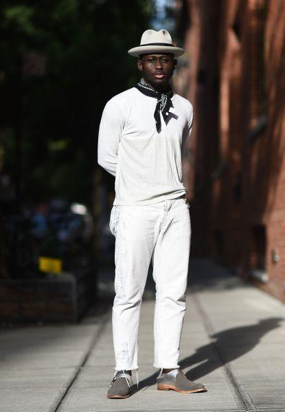 E esse lenço estampado em cor sóbria no look todo branco, o que acha?