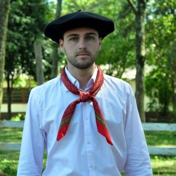 Os lenços fazem parte da moda e cultura de muitos gaúchos também