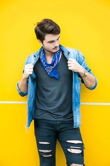 O lenço azul combina com peças de cores sóbrias