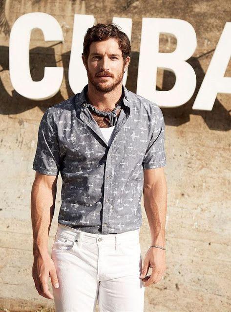 O lenço combina muito bem com vários modelos de camisa masculina