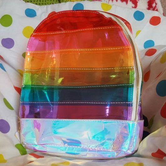 mochila colorida e holográfica