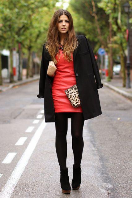 look com vestido de couro vermelho