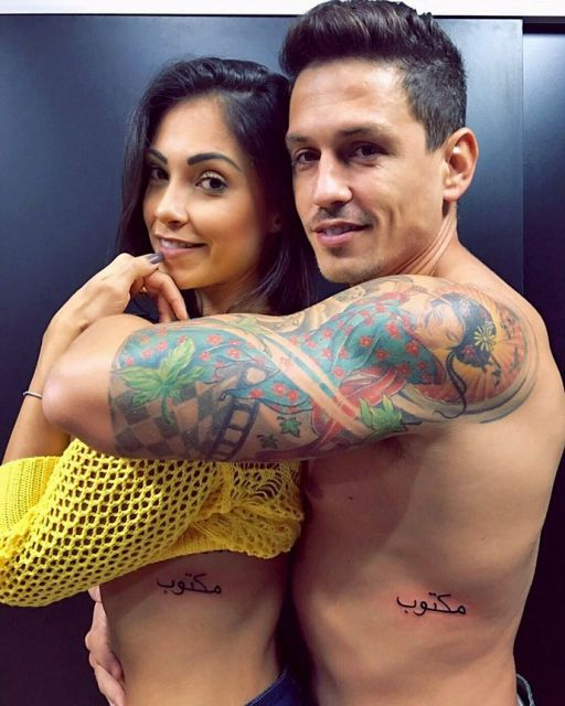Tatuagem Maktub de casal na costela, sem dúvidas uma ótima ideia para quem se ama