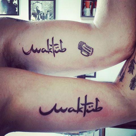 Tatuagem Maktub no braço, de fato um modelo perfeito para casais apaixonados
