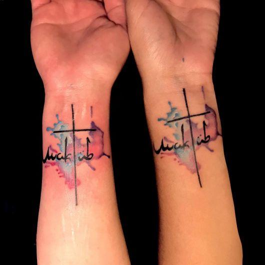 Que tal esse modelo de tatuagem aquarela no pulso?