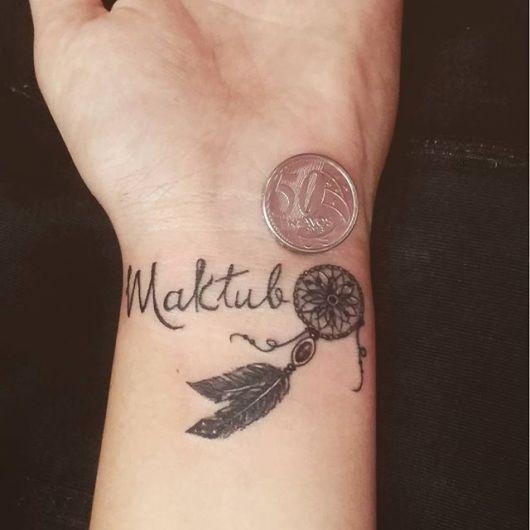 Tatuagem Maktub no pulso com filtro dos sonhos