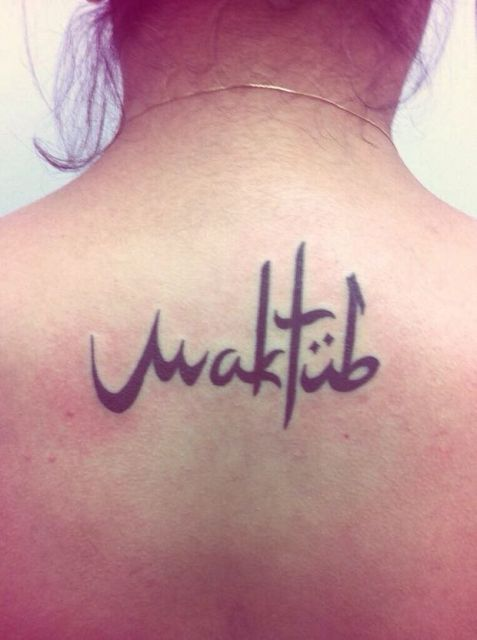 Tatuagem Maktub feminina nas costas