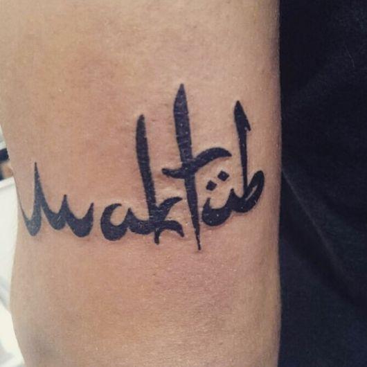 Tattoo Maktub no braço em linhas discretas