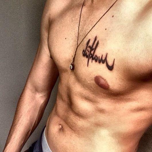Tatuagem Maktub no peito com total destaque
