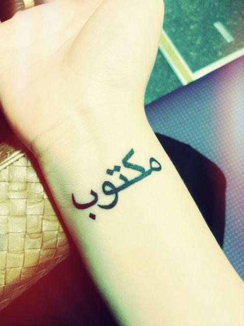Tatuagem Maktub masculina no pulso, uma tendência forte atualmente