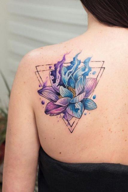 tatuagem com triângulos