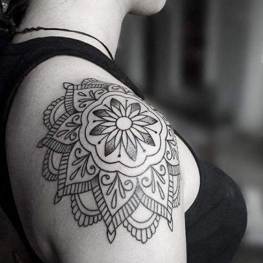tatuagem de mandala com flor
