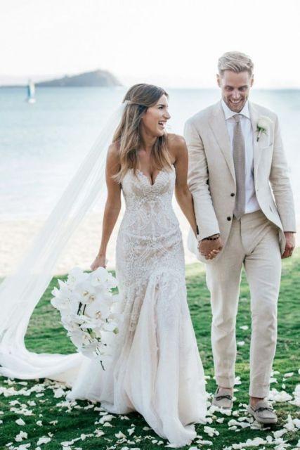 Combinando perfeitamente o traje dos noivos