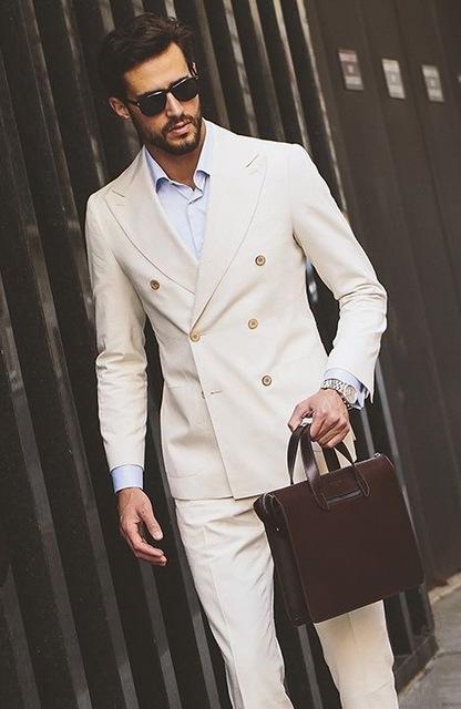 Look com terno branco slim para ir ao trabalho