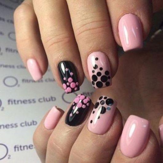 unhas decoradas em rosa e preto