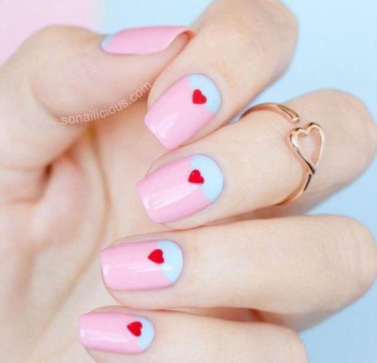 unhas decoradas em rosa e azul