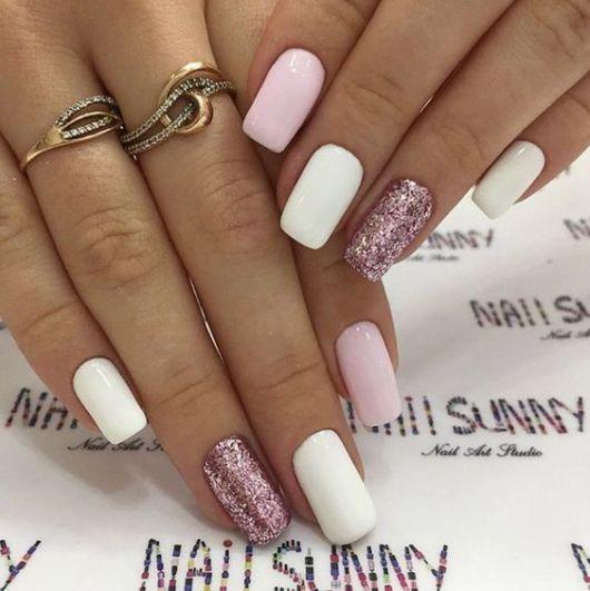 unhas decoradas rosa e branco