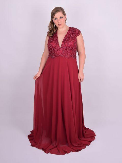 modelo veste vestido vermelho com decote em renda.