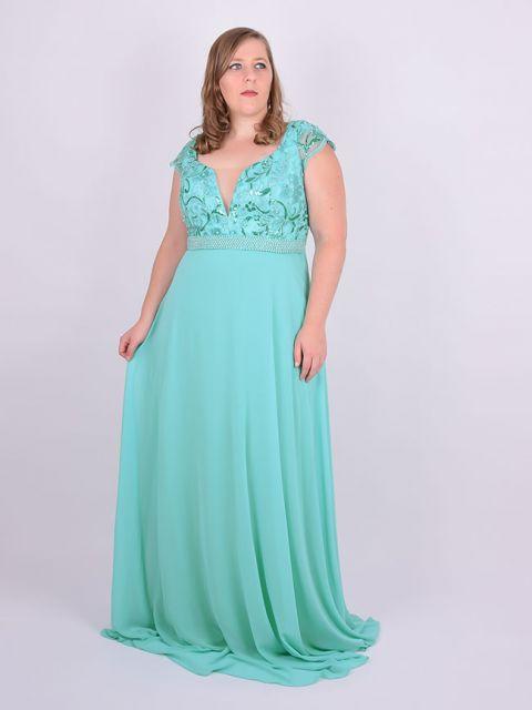 Modelo usa vestido verde agua com decote.