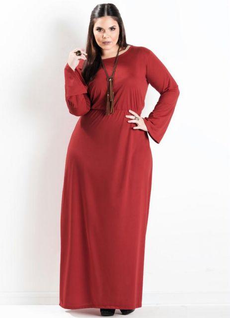 modelo usa vestido manga longa vermelho.