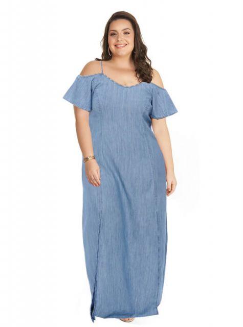 modelo usa vestido jeans plus size, ombro a ombro.