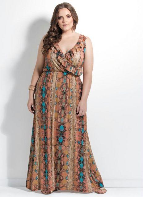 modelo usa vestido marrom com decote.