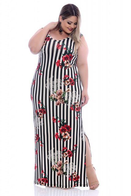 modelo usa vestido estampado floral preto e branco.