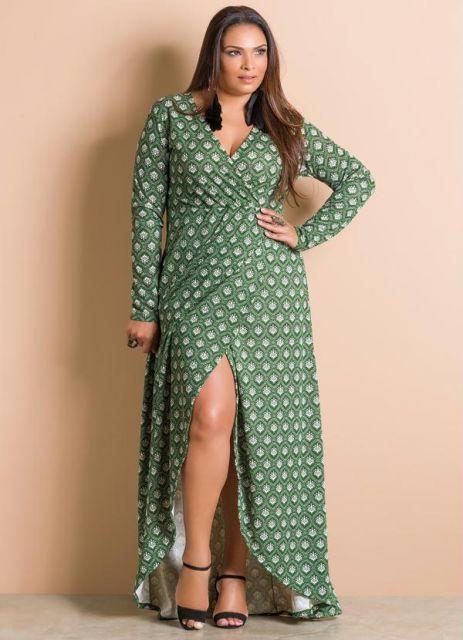 Vestido verde estampado manga longa com fenda.