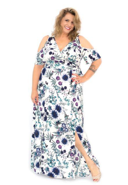 Modelo usa vestido estampado plus size azul.