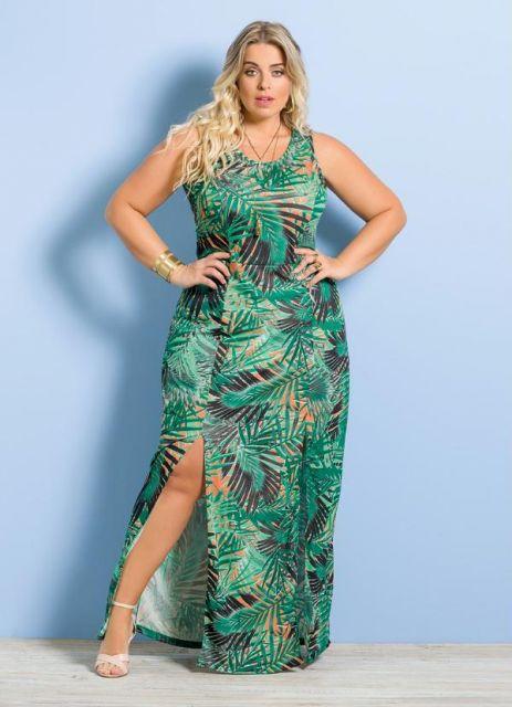 modelo usa vestido estampado verde.