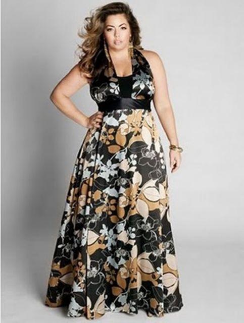 modelo veste vestido estampado preto.