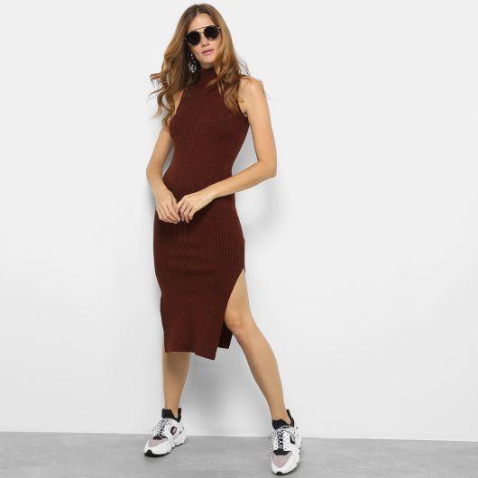 vestido de tricô com tênis