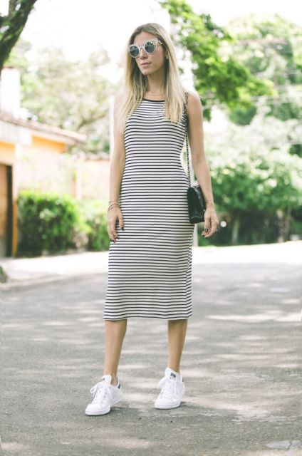 look vestido listrado com tênis
