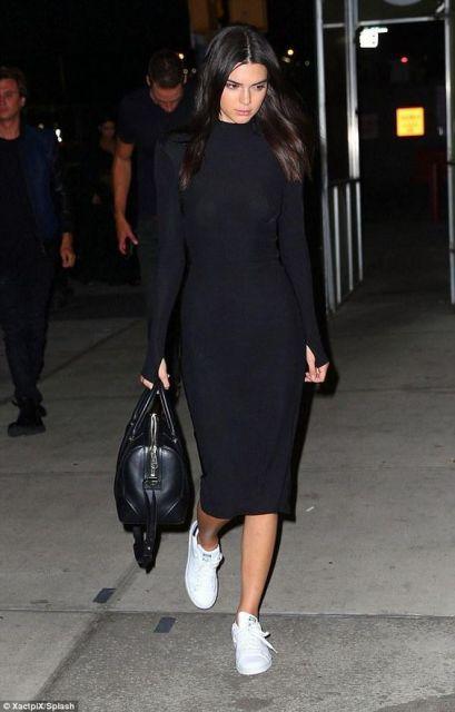 look vestido preto com tênis