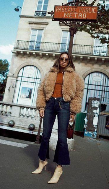 Mulher vestindo calça flare curta e casaco de pele.