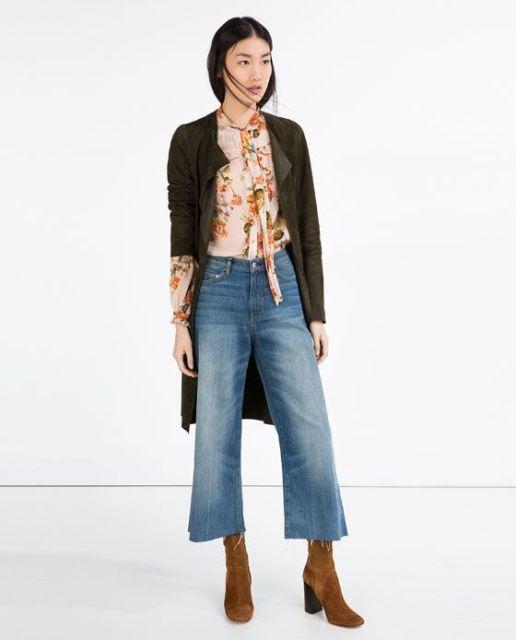 Combinação com calça flare curta e maxi casaco.