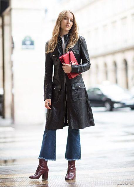 Mulher usando calça flare e casaco longo.