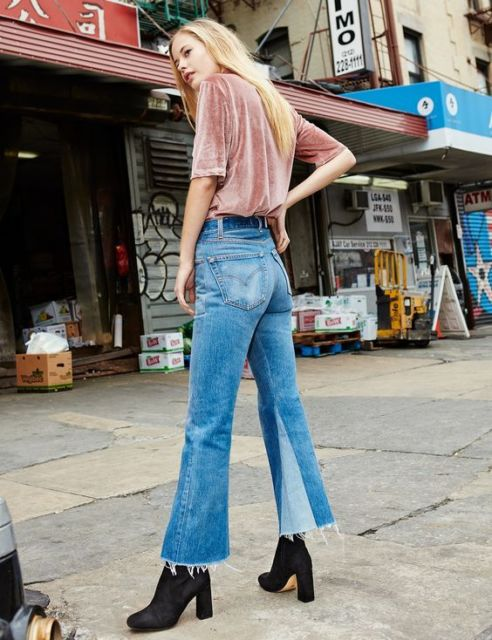 Calça flare curta jeans com bota e blusa rosa.