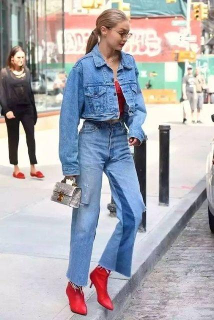 Gigi Hadid com calça e jaqueta jeans.