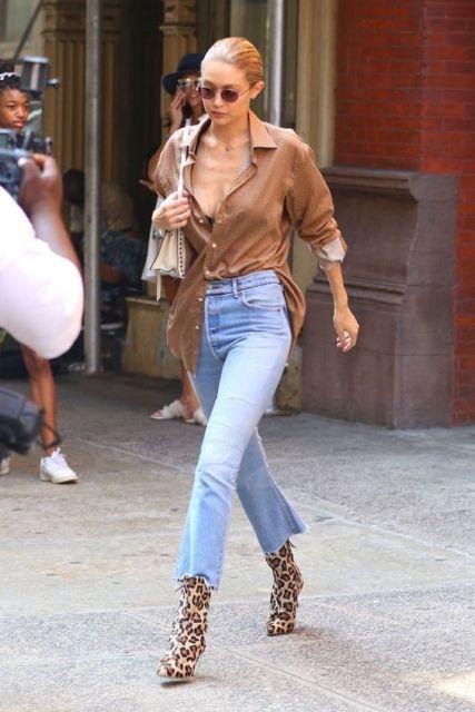 Gigi Hadid com calça flare curta e bota.
