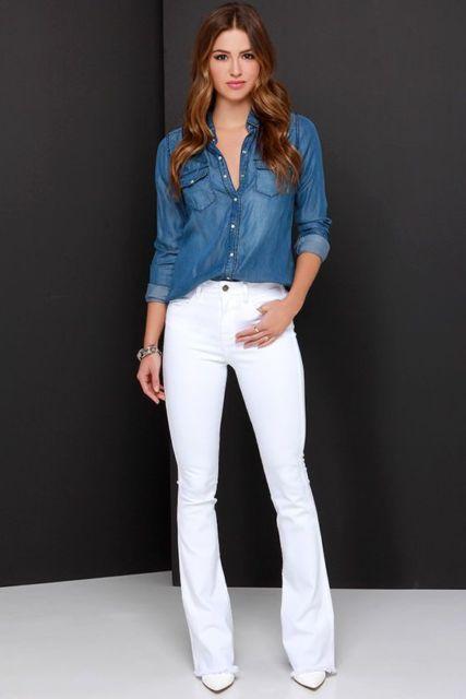 Mulher usando calça branca e camisa jeans.